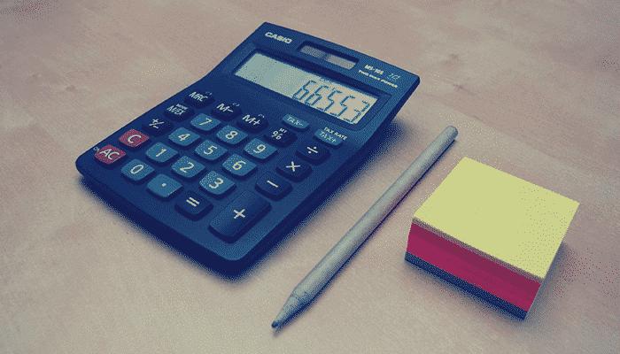 Calculadora com números acompanha do lado direito por post-it colorido e lápis