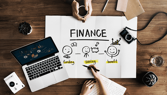 Composição de imagem com câmara fotográfica, portátil e folha com cálculo de finanças